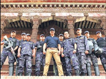 Akshay Kumar posing with Nepalese Police force