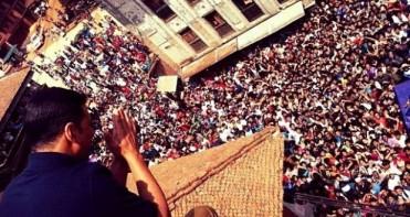 Akshay Kumar waving to Nepali crowd